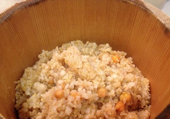 おひつに入れた、玄米ごはん