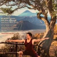ジェイドヨガカレンダー12月はインドネシアのブロモ山をバックにうぉりーあー2